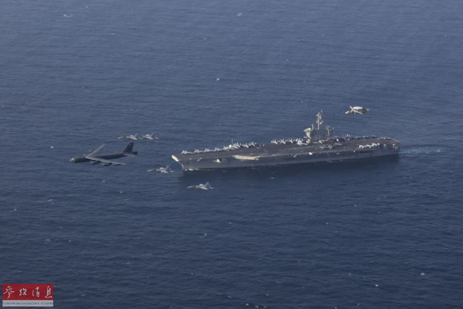 """航拍视角拍摄的B-52联合编队飞越""""林肯""""号航母瞬间。"""