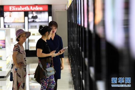 游客在海南博鳌免税店选购商品(4月20日摄)。新华社记者 杨冠宇 摄