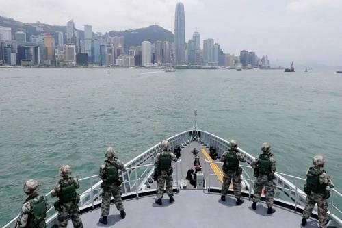 6月26日,駐香港部隊出動陸海空三軍部分兵力,在香港附近海空域組織聯合海空巡邏演練。圖為特戰分隊登艦巡邏警戒。(香港《南華早報》網站)
