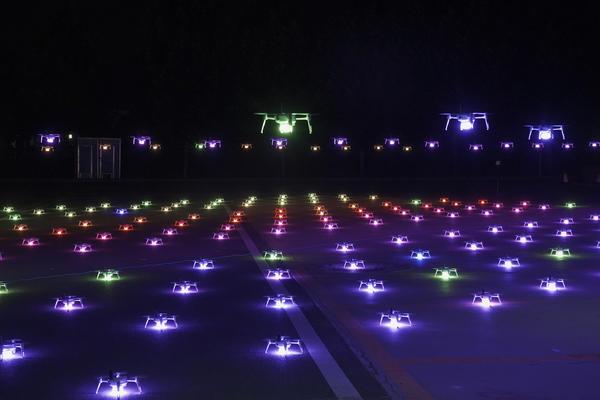 河南首家无人机表演编队亮相,夜空中上演科幻大片!