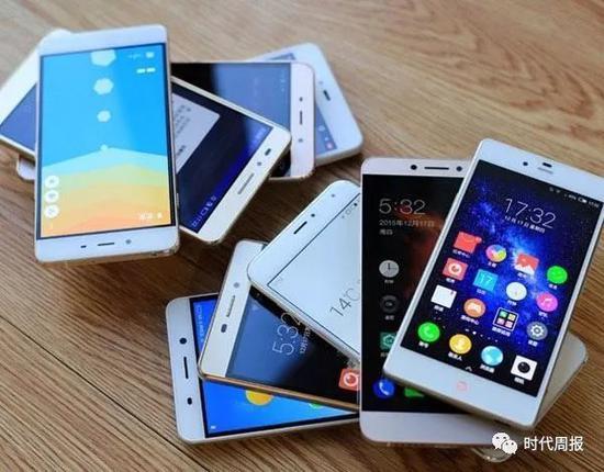 在美国,LG的发展也是不顺利,一度因为抄袭苹果而惹上了争议。还一度因为重启问题,被美国的用户集体起诉。除了手机之外,LG的冰箱、空调、电视等等产品也开始下滑。如今在中国的电视市场,LG的份额不到5%。