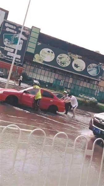 辽宁沈阳交警雨中帮忙推车 被广大网友点赞转发