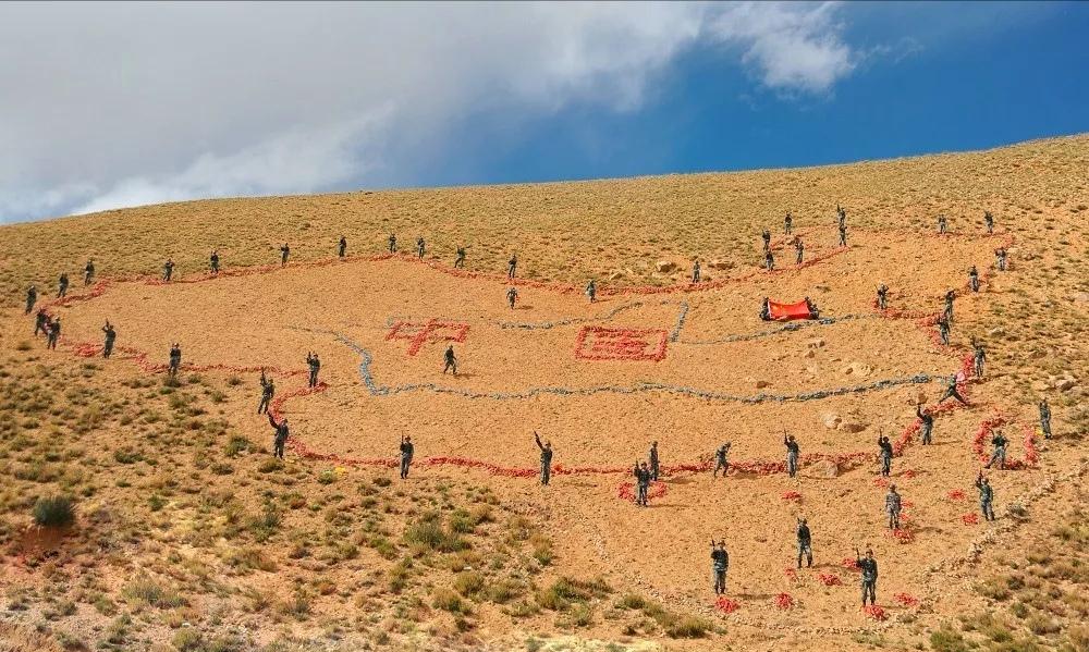战士用石块摆成的巨幅中国地图 摄影/宋小理