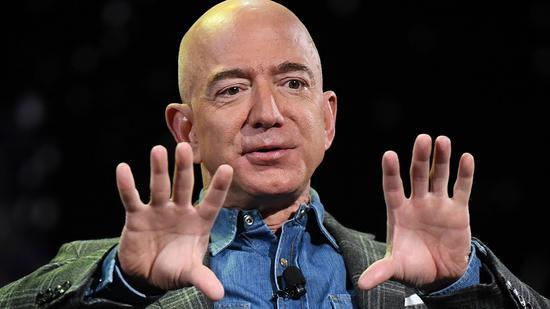 新浪美股讯 北京时间6日消息,亚马逊创始人兼CEO杰夫-贝佐斯过去一周出售了价值近30亿美元的亚马逊股票,正值该股遭受13年来最长连跌纪录之际。