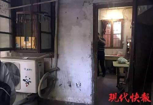 """视频在网络流传后,有人指出""""房东弟弟""""杨先生实为某房产中介公司的工作人员。最近各地很多城市曝光出一些极端学区房成交案例,但其中大部分都是虚假。"""