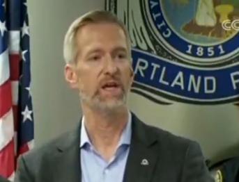 """波特兰市市长特德·惠勒对警方的执法行动表示赞赏,并指出,警方的行动""""避免了事态进一步升级""""。"""