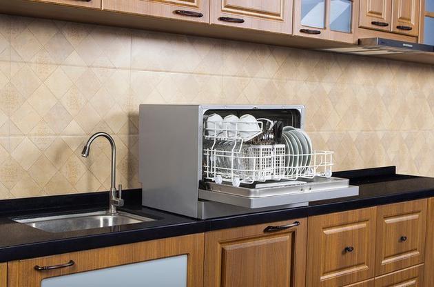 与手洗不同的是,洗碗机能够同时清洗所有的餐具,而且分阶段循环用水,每个阶段使用同一批水流进行反复的冲洗。所以耗水量非常少,每次清洁使用的水量仅相当于手洗的一半左右,非常省水。如果您家的人口比较多,或者习惯积攒比较多的餐具之后才去进行清洁,那么洗碗机能够为您节省不少用水量。