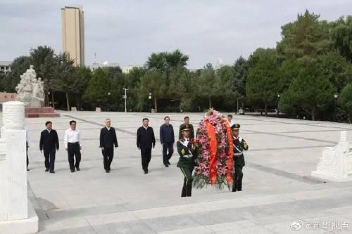习近平总书记 20 日上午来到甘肃省张掖市高台县,瞻仰中国工农红军西路军纪念碑和阵亡烈士公墓,向西路军革命先烈敬献花篮,并参观了中国工农红军西路军纪念馆。