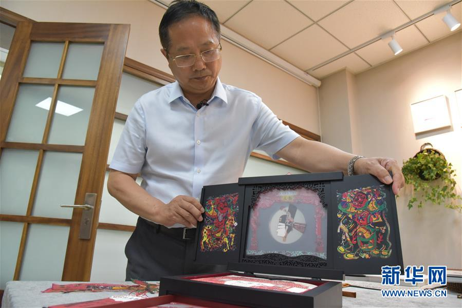 在读者出版集团有限公司,公司副总经理富康年展示手工书《玩皮影》(8月22日摄)。 新华社记者 张睿