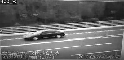 粗心妈妈把两个孩子忘在服务区 在高速上高速倒车500米……