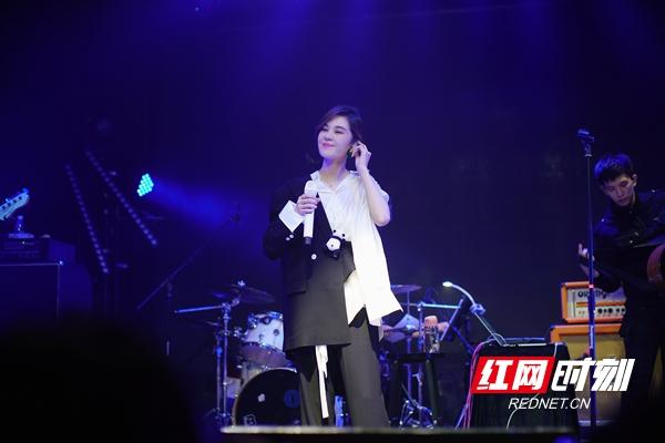 郁可唯巡回签唱深圳启程 实力现场掀合唱热潮