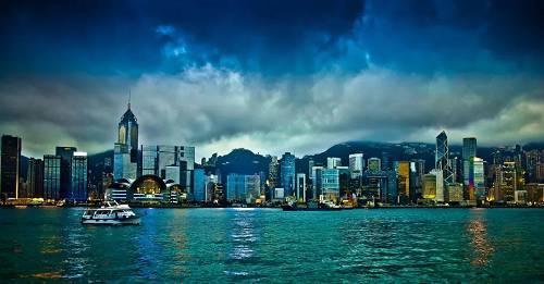 """怎么办?救香港需要一只强有力的""""手""""。不过,香港政府一向信奉自由经济,香港的繁荣也一直建立在自由市场的基石之上。而且当时学界的主流观点,也多是支持自由市场,政府不干预的。时任香港财政司司长的曾荫权事后回忆:""""决定政府入市干预的前一晚,我坐在床头哭了,不是为我自己,而是怕这个决定如果错误了,害了中国香港,我怎么向中央政府、向市民们交代。"""""""