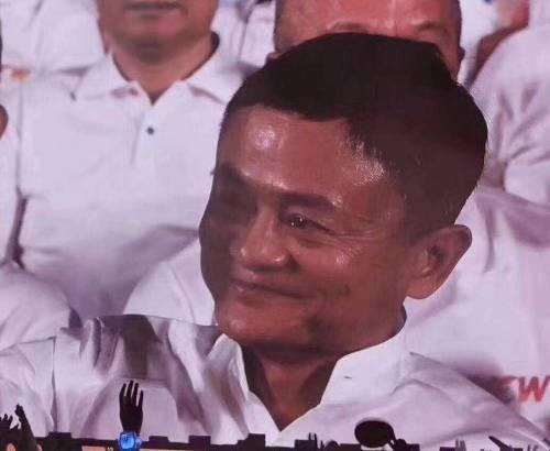 """随后马云登台发言正式宣布卸任阿里巴巴董事局主席,""""没想到,等了10年的这一天来得这么快,来得这么美好。"""""""