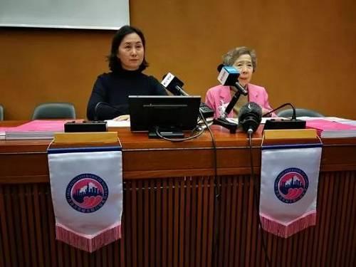 当地时间9月9日,何超琼(左)和伍淑清(右)在日内瓦接受媒体采访。(央视新闻)