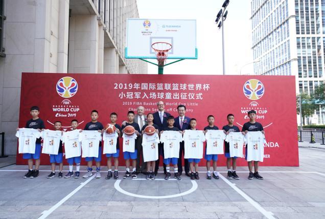 国际篮联领导和万达集团董事长王健林为小球童助威