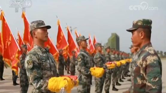 而战旗方队也举行了庄严的仪式,将参加受阅的100面战旗和20面备份旗帜,转交给军事博物馆收藏。