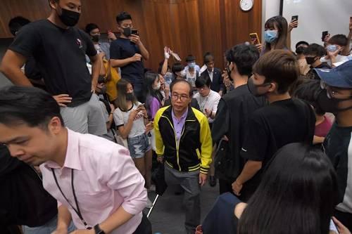 香港教师因反暴力言论被学生围困5小时 校方:不算暴力