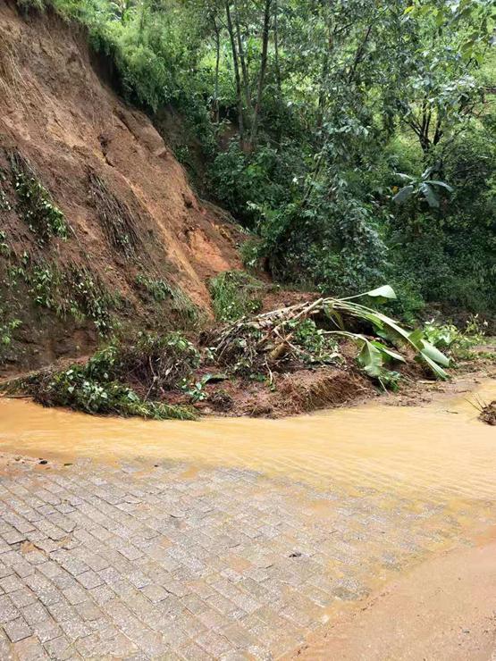 云南双江遭遇强降雨 境内多处道路塌方山体滑坡