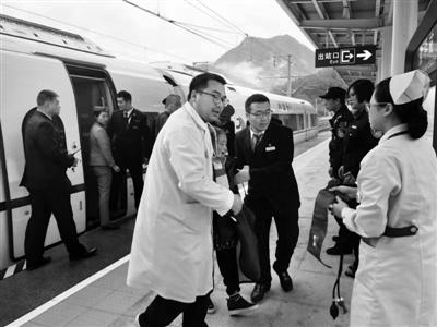 老人发病晕倒  高铁临停两分钟