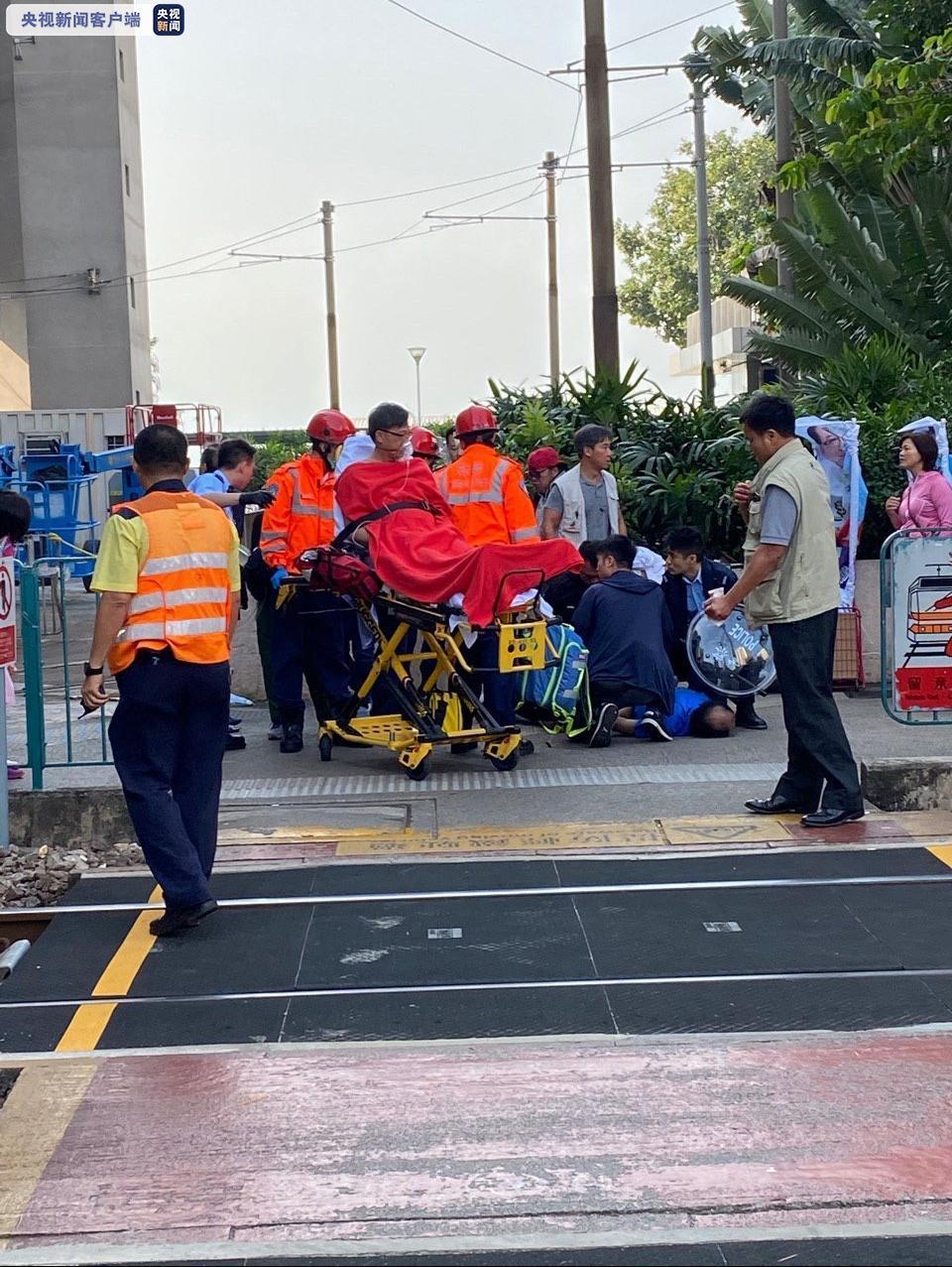 8时44分,何君尧在屯门启丰园商场参加区议会选举宣传活动时遇袭。事发后一名男子被制服,警方怀疑是他用刀刺伤何君尧。现场遗留下疑是凶器的刀子。