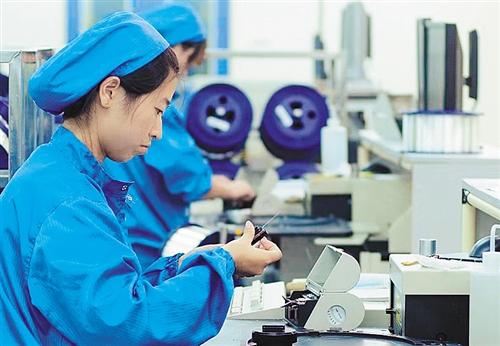 近日,民营智能制造高科技企业江苏南通中天科技集团的研发人员正在专心致志进行光纤检测。叶振华摄
