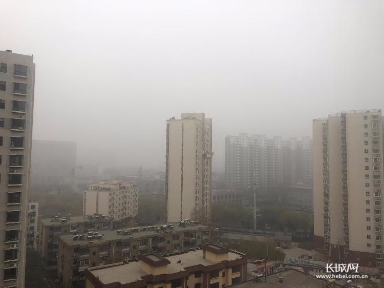 特强浓雾!河北发布大雾红色预警 北京以南高速全封闭