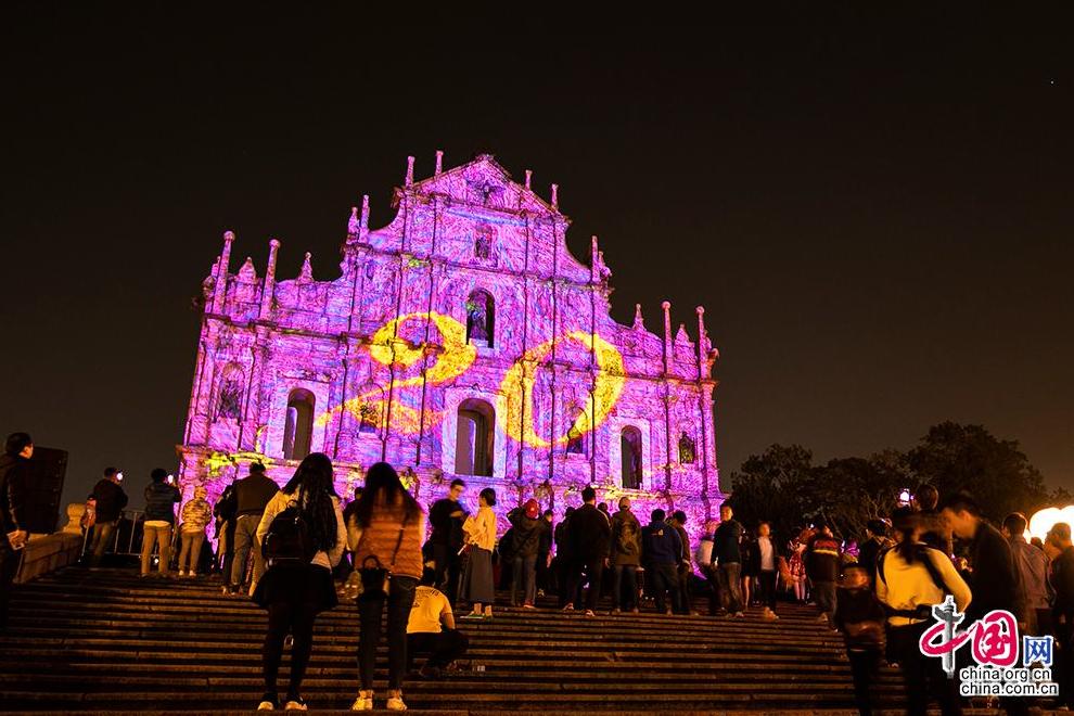 相传澳门得名于妈祖。16世纪,葡萄牙人从妈阁庙附近登陆,问当地人这里的地名,因在妈阁庙旁,当地人便回答妈阁,于是澳门便以谐音命名为Macao。