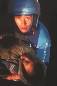 雨中怀抱车祸男孩耽误送餐 外卖小哥获阿里正能量奖