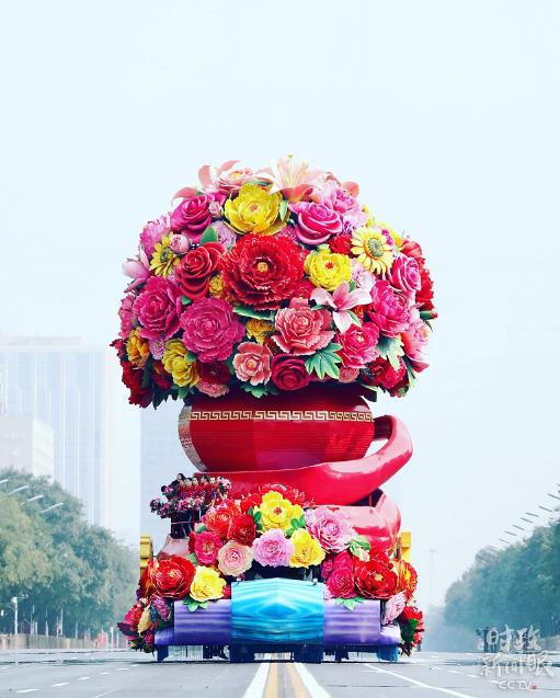"""这是国庆盛典群众游行中,名为""""祖国万岁""""的花车正在入场。(央视记者魏帮军拍摄)"""