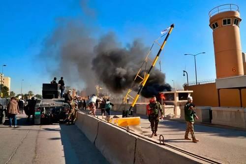 2019年12月31日,在伊拉克巴格达,示威者在美国驻伊拉克大使馆外点火。新华社/美联