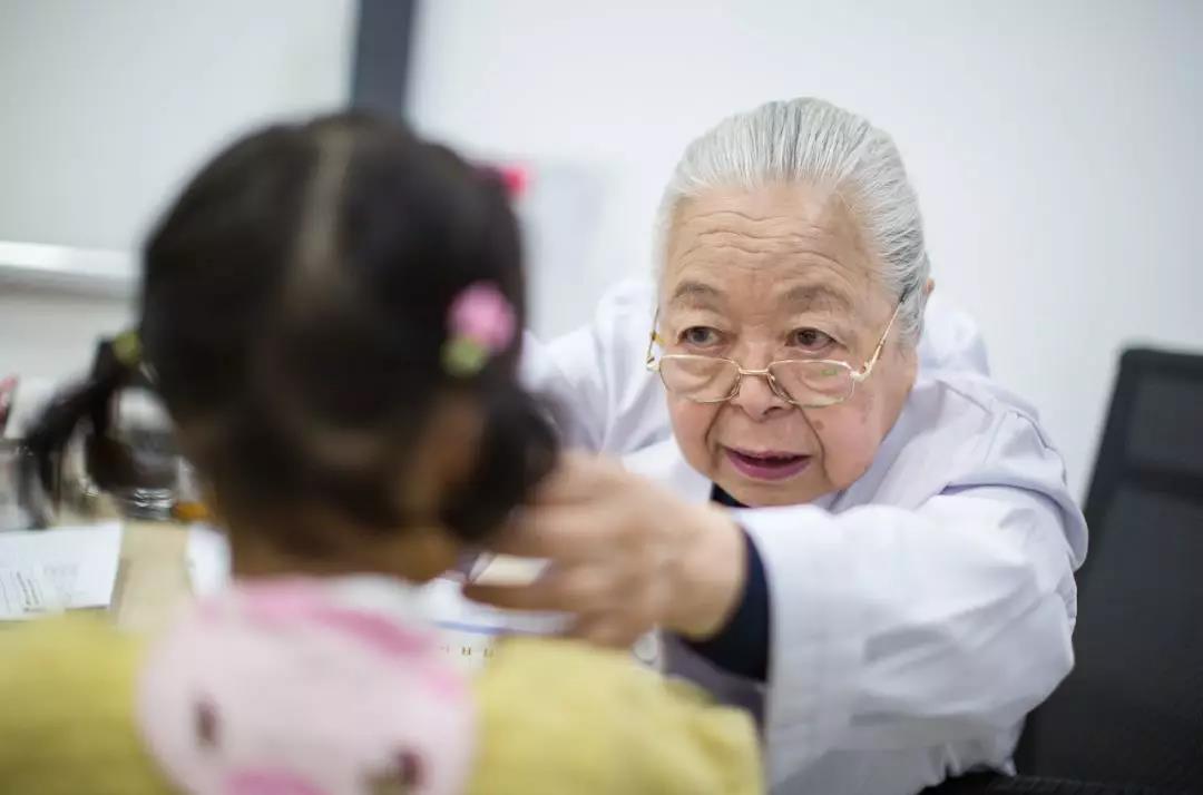 """""""最美大夫奶奶""""盛锦云,是中国儿科哮喘界hg0088官网著名行家。她治疗过hg0088官网儿童哮喘病人已达3万人。现在,85岁高龄hg0088官网她照样坚持接诊。她说:""""家长抱着孩子坐在边上,新2皇冠hg0088硬说异国号了不及望?吾做不到!"""""""