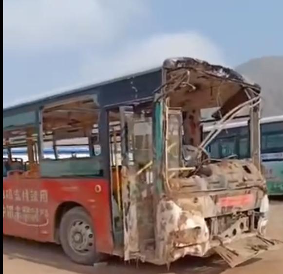 公交车损毁主要。视频截图