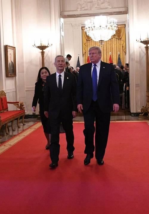 1月15日,刘鹤与特朗普在美国首都华盛顿出席中美第一阶段经贸制定签定仪式后脱离白宫东厅。新华社记者 刘杰 摄