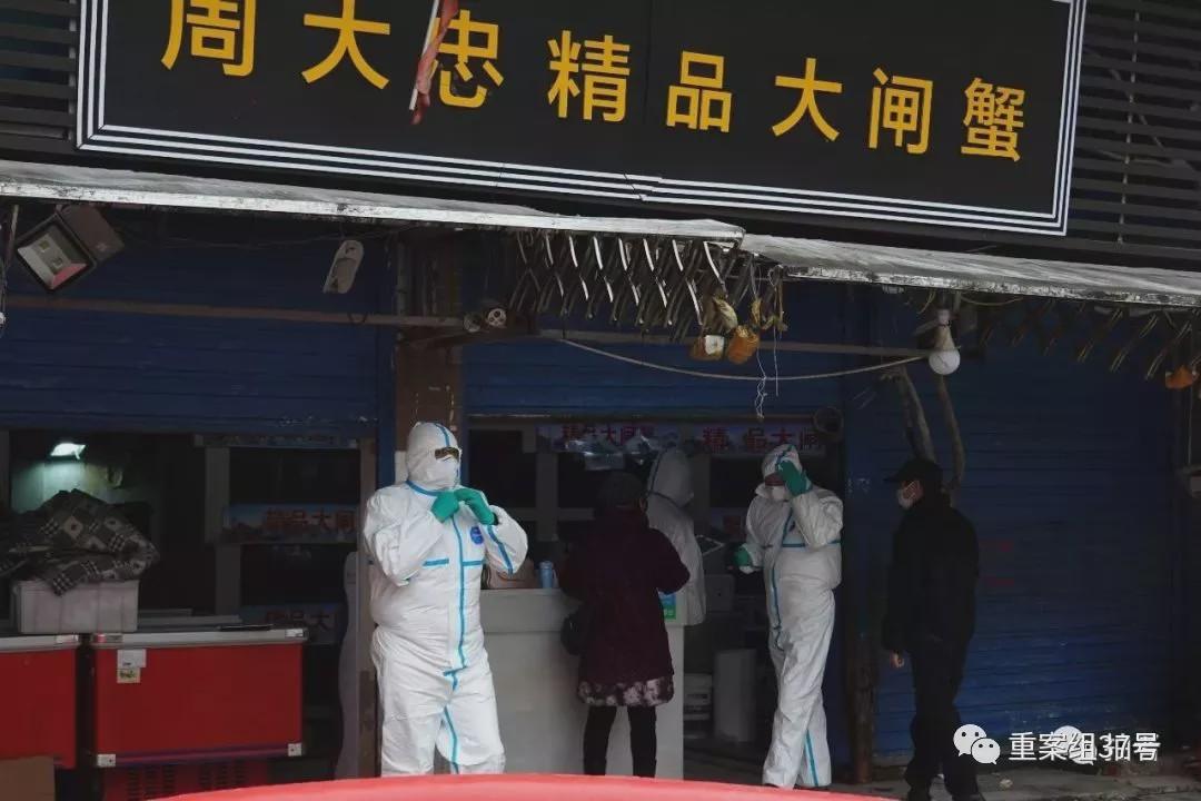 1月21日16时许,武汉华南海鲜批发市场西侧五十米,防疫工作人员对一生鲜商户进行检查。摄影/新京报记者 游天�D