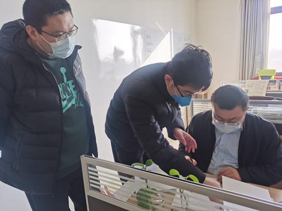 (图为齐商银行滨州分行客户经理前往中裕食品进行办理贷款手续)
