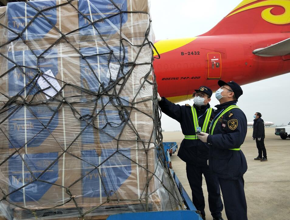 云锋基金1.75万件防护服抵汉 从机场直接送达医院