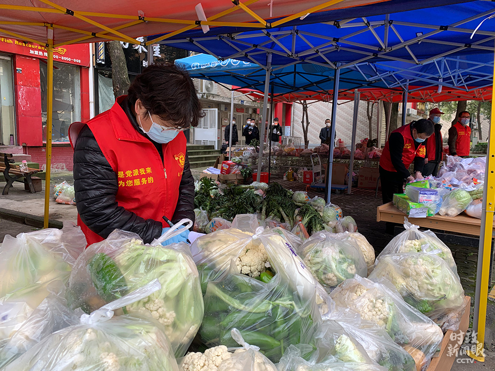 在东湖新城社区荟萃配送点,既有免费发放给居民的爱善心菜,也供答平价蔬菜、米面粮油等生活物资。(总台央视记者段德文拍摄)