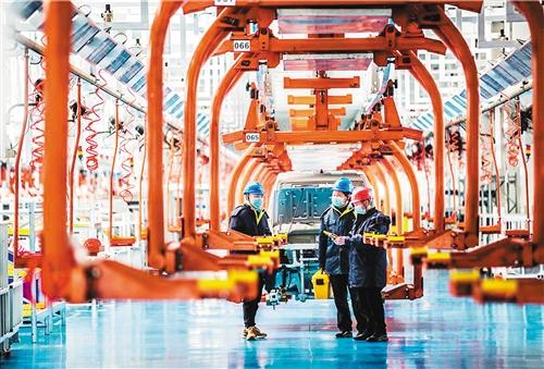 日前,贵州省铜仁市万山区供电局员工在万仁汽车集团总装车间进走生产设备用电检查,为企业复产挑供声援。 彭 俊摄