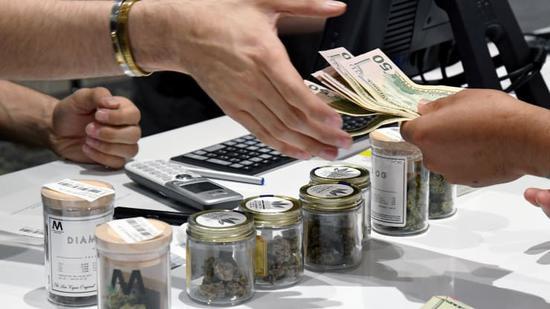 """北京时间20日新闻,据外媒报道,美国大麻走业CEO们外示,在新冠病毒大通走病爆发之后,大麻在全美相符法化的机会将急剧增补,此前美国几个州宣布大麻药房在疫情期间属于必不走少的""""基本营业"""",批准他们在实走居家阻隔命令期间不息盛开。"""
