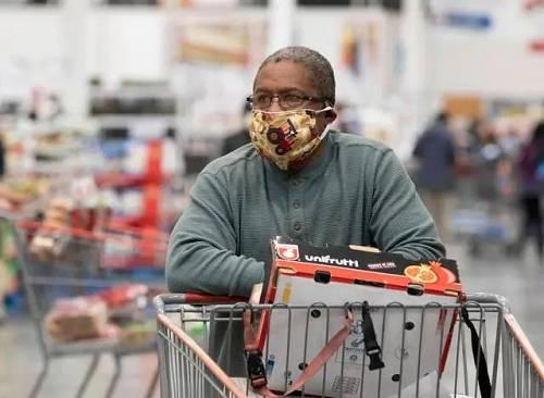 2020年4月22日,市民戴口罩在美国北加州旧金山湾区福斯特城一家超市购物。新华社发(李建国摄)