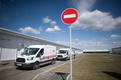 4月23日,救护车停在俄罗斯首都莫斯科市郊新建成的传染病医院内。