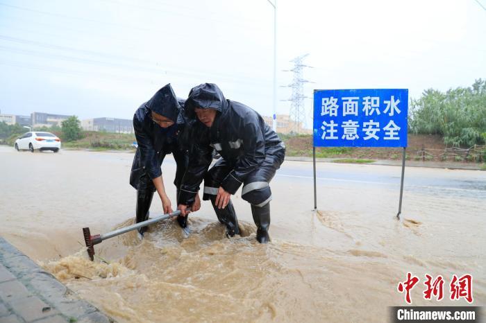 安徽合肥发布暴雨黄色预警 局部路段出现洪涝