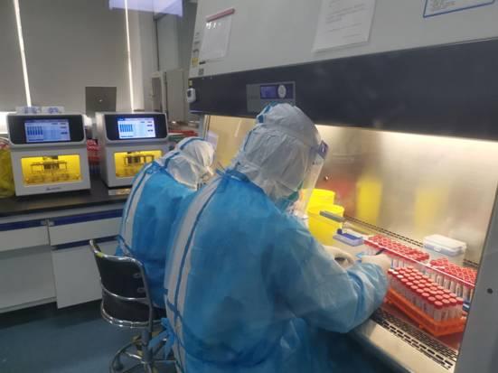迪安诊断共400多人日夜奋战在北京,目前迪安北京实验室日检测产能最高达6万测试数,基本实现当日样本当日检测