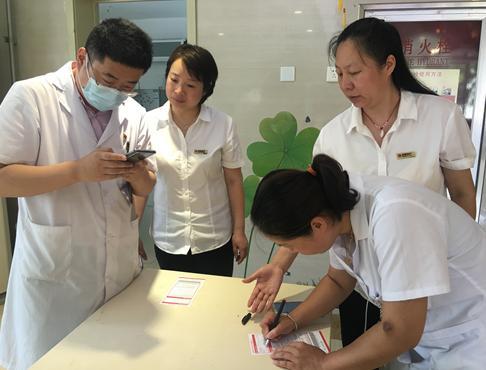 齐商银行为淄博115位抗疫医护人员申发白金信用卡