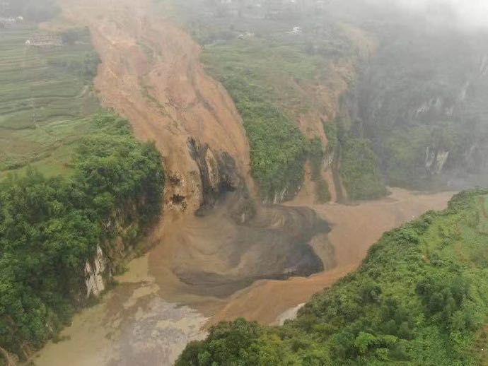 湖北恩施山体滑坡成堰塞湖,当地转移危险区域群众