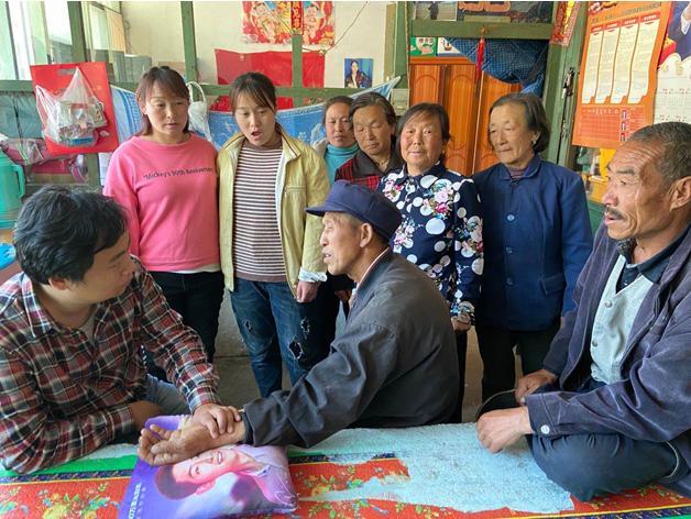 中信银行扶贫故事:驻村扶贫队的小郎中