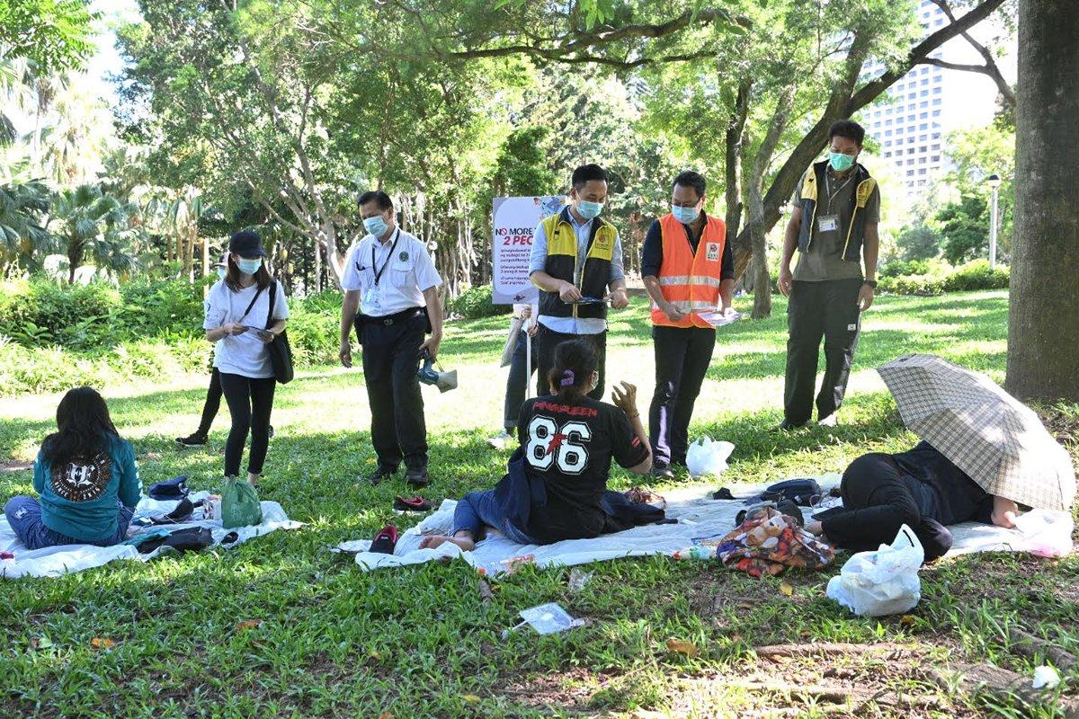 疫情下仍聚集甚至不戴口罩 香港警方向数名外佣发出告票