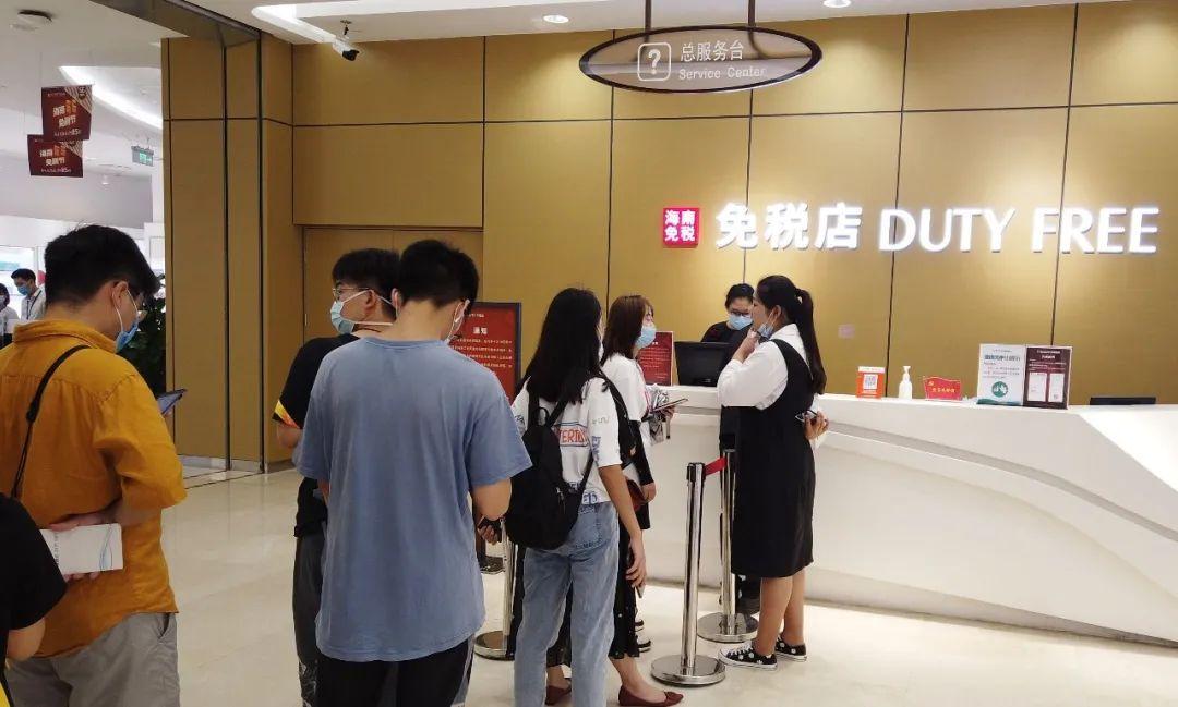 免税店们要慌了?这一竞争对手在深圳强势崛起!价格比专卖店便宜一半以上,日均出货超1亿