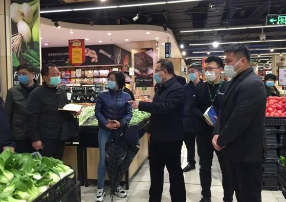 刘洪彬副司长视察蔬果柜台,对生鲜扫码追溯服务表示认可