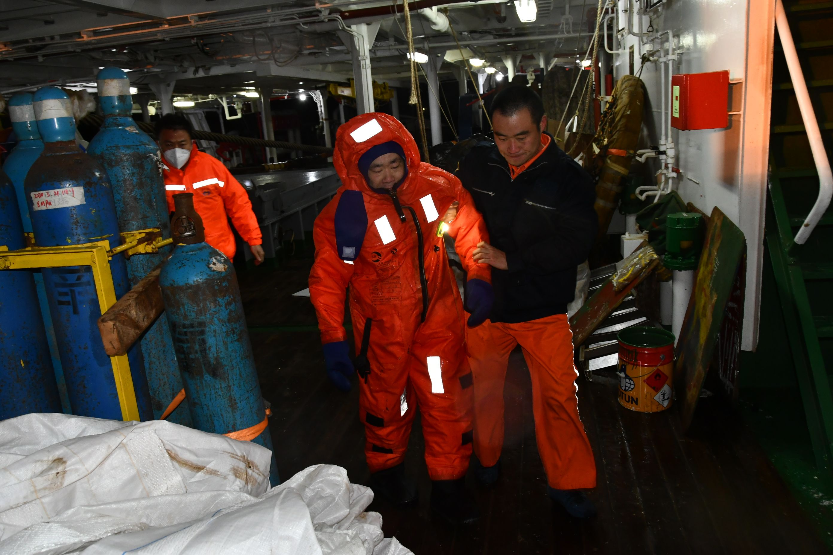 长江口两船相撞一船沉没尚有5人失联,直升机到现场搜救